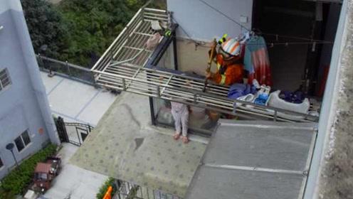 命悬一线!4岁女童被困7楼阳台,双手紧抓雨棚