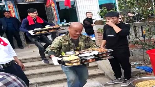 农村大爷过80大寿,4个儿子端菜一个儿子炒菜,晚年幸福啊!