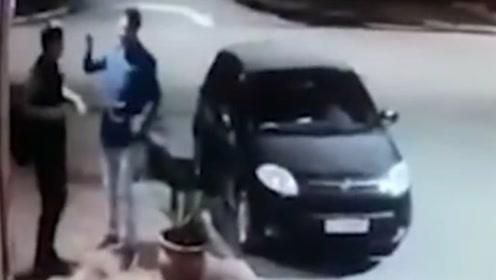 阿根廷男子持枪欲抢劫 发现对方是好友后秒变拥抱