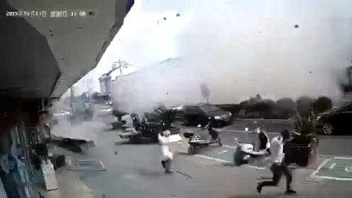 江苏无锡一小吃店发生燃气爆炸 8名受伤人员送医