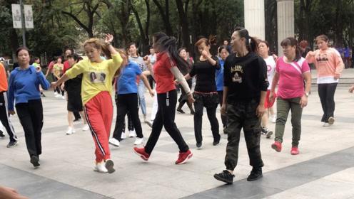 最近刷到爆的鬼步舞《山谷里的思念》,简单的舞步,每天跳10分钟