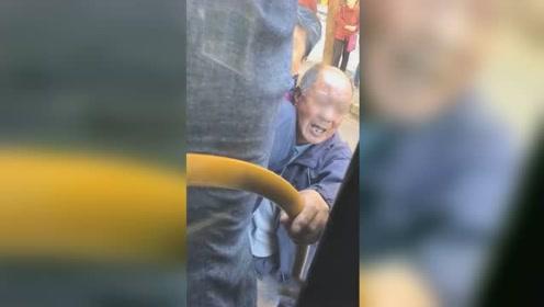 上海一公交车满员大爷紧抓扶手不让走 乘客劝阻还遭其怒怼