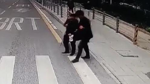 暖!盲人斑马线前不敢穿行 司机下车扶其过马路