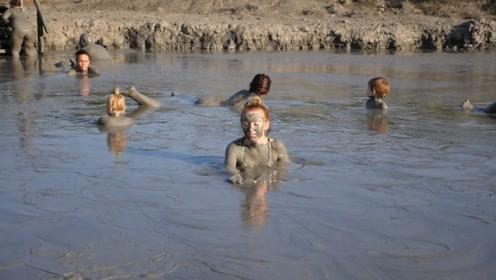 国外一家挑战泥浆浴,满头泥水状似雕塑,网友:泥浆好喝吗