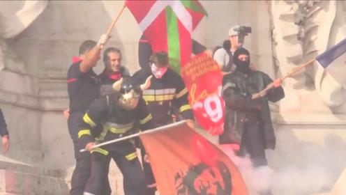 """愤怒的法国消防员上街抗议,警察出动水炮""""灭火"""""""