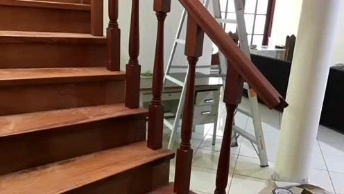 安装这种别墅实木楼梯,师傅500一天都难请,还真够考验技术的