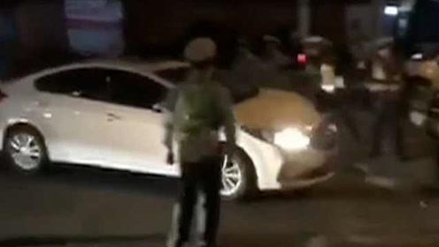 女司机猛踩油门冲卡,撞伤4名交警:以为跑了就没事了