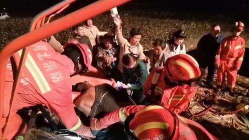司机因操作不慎被卡收割机失血昏迷 消防员呼喊伤者名字拆车抢救