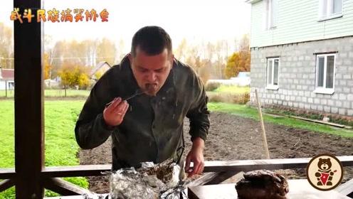 """俄罗斯小哥制作""""坑烤牛肉"""" 一块10斤整个烤 成品看着就很香"""