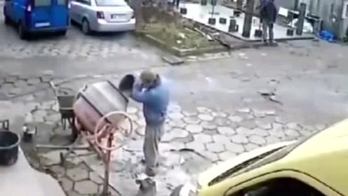 男子正在往桶里倒水泥,下一秒突发意外,老天跟他开了个大玩笑!