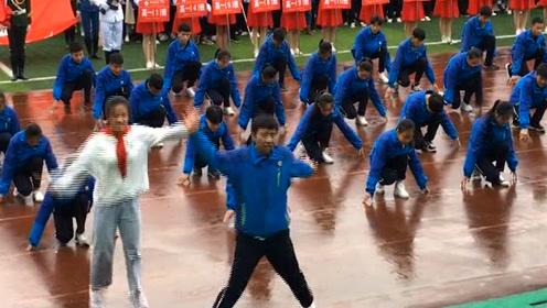 校园中学生表演舞蹈走红网络,网友:这实力不做网红可惜了!