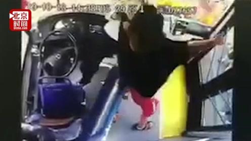 太狠了!男子公交上暴打女司机致其骨折 警方:已拘留