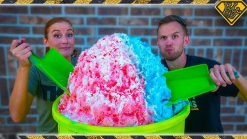 老外制作100磅超大冰淇淋,好吃又好玩,网友:大王的胃?