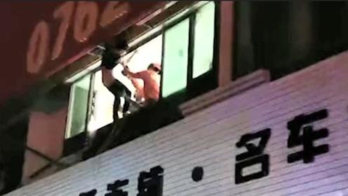 哭笑不得!广东一男子因醉酒不慎坠楼被卡在广告牌之间无法脱身