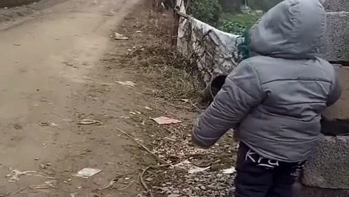 两岁宝宝在路边呼唤远方打工的爸爸、妈妈,网友:看哭了