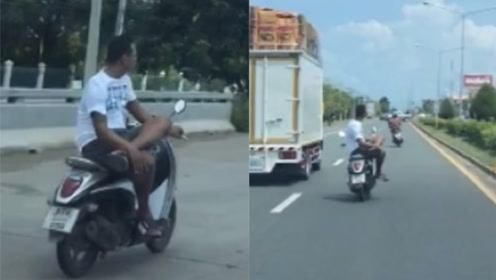 侧坐翘二郎腿单手控车开摩托!这位泰国小哥的高能车技看呆路人