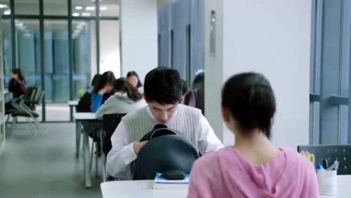 满满喜欢你:小满在教室亲左岸,孙安宁看瞬间崩溃了