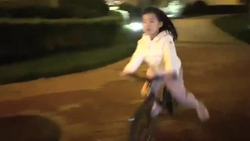 章子怡Po醒醒骑自行车视频 网民惊呆:当成飞机开了