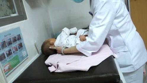 护士讲解示范新生儿洗澡后的护理,建议一天三次,重视起来