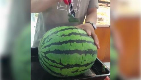 在沃尔玛超市,服务员是这样切西瓜的,刀法犀利!