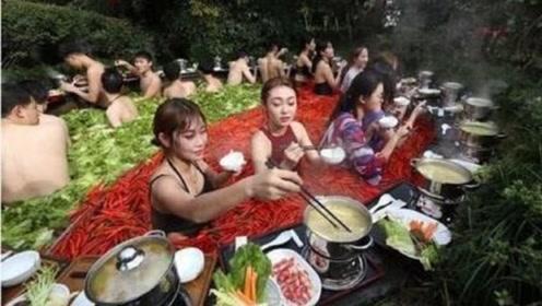 """重庆人吃火锅有多疯狂,情侣边吃边泡,名副其实的""""鸳鸯锅"""""""