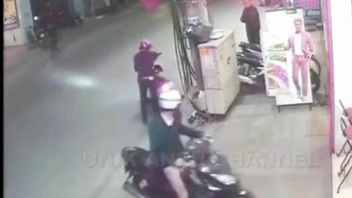 小哥骑着摩托车来到店铺边,不料对面疾速而来一辆摩托车