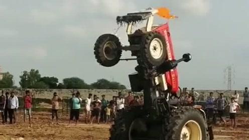 印度人开拖拉机玩杂技,居然还有这样的操作,把我给吓到了!