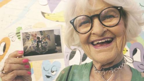 """90岁老奶奶""""青春叛逆"""",爱穿性感衣服,爱蹦迪比年轻人还会玩"""