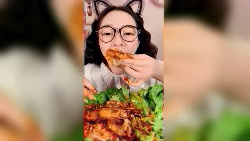 小仙女吃大虾,看着味道就很好,为什么我的目光被鼻子吸引呢?