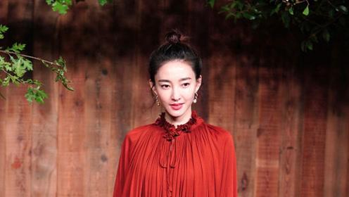34岁王丽坤被曝领证后首亮相 复古长裙端庄典雅气色好
