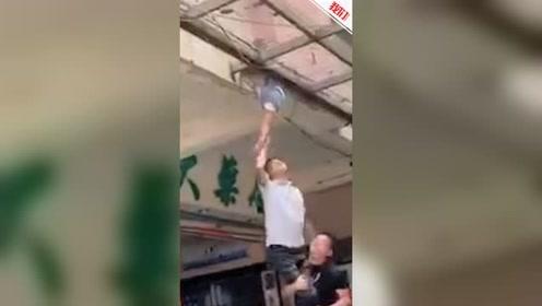 广东一儿童坠楼卡在半空 街坊紧急搭台施救