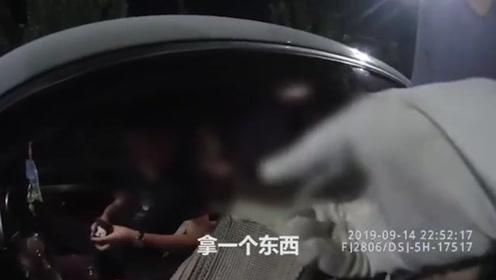 男子酒后驾车遇检查跟醉酒妻子换位 交警怒斥:把你老婆害了!