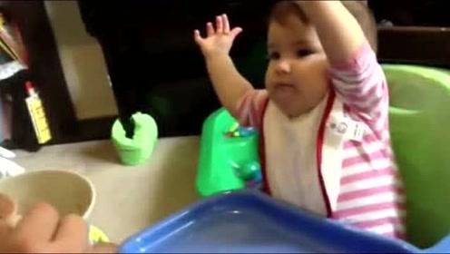 小宝宝坐在那里吃饭一刻都不老实,接下来张牙舞爪的样子太可爱了