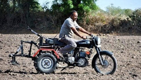 小伙发明摩托车犁地机,效率比拖拉机还高,农场主:好用吗?