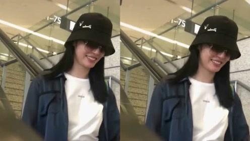 40岁姚晨机场与粉丝们亲切聊天,毫无明星架子