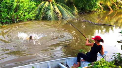 农村妹子河边钓鱼,上钩了一条超大的鱼,看看是什么鱼呢?