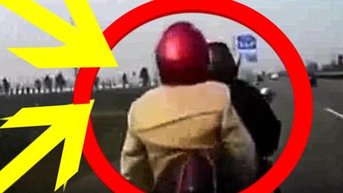男子骑电动车载人走在机动车道,结果不慎被轿车撞上,悲剧了!