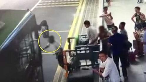 公交进站时,男子竟伸脚将76岁老人踹下站台,被判故意杀人罪