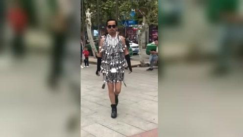 中年大叔在街头环保时装秀夺冠,时尚感爆棚,完胜当代知名模特