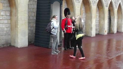 白金汉宫守卫的定力有多强悍?美女测试后直呼不可思议!