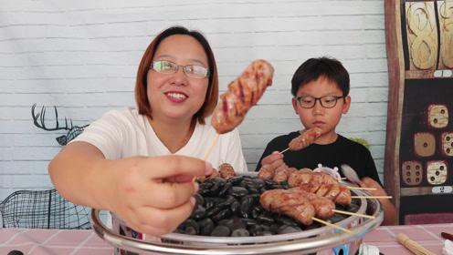 小轩想吃烤肠,轩妈买了火山石烤肠机,一次烤了一袋吃得真过瘾