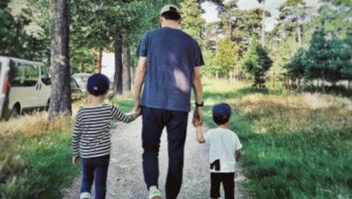 靳东老婆晒出父子合照,小儿子的鞋引众议,网友:太会持家了