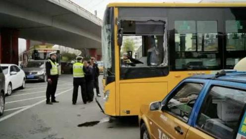 两公交车相撞殃及出租车,12名乘客受伤