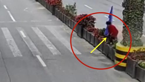 女子翻越隔离栏出车祸,这样的事故谁来负责!真是害人害己