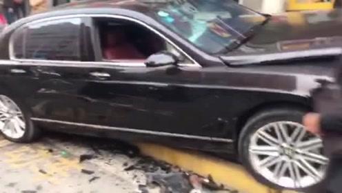 郑州一浙C8888牌宾利撞上路边车 司机疑酒驾