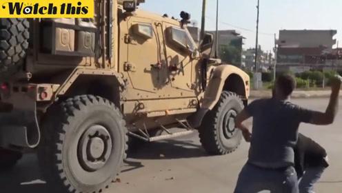 """库尔德人朝撤退美军车辆扔土豆 大骂对方""""骗子"""""""