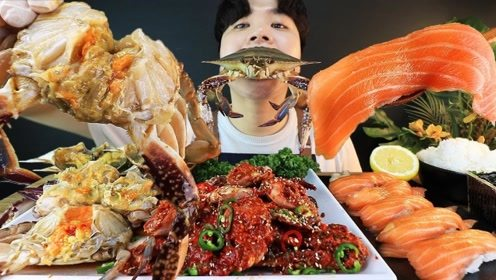小哥哥今天吃海鲜大餐,鲜美的螃蟹掰开直接吃,太狂野啦
