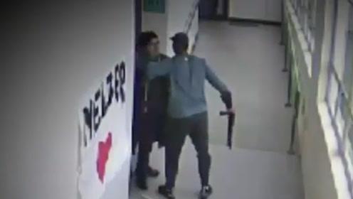 美高中生持枪闯教室企图自杀学生四散 体育老师冲前拥抱缴枪感化