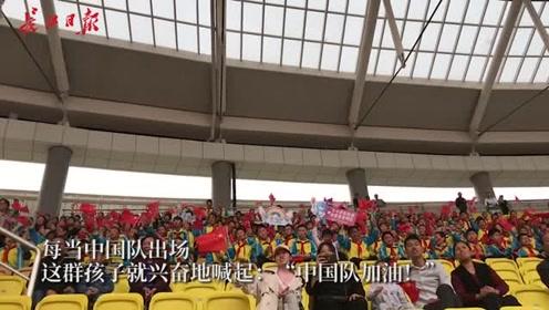 """""""中国队,加油!""""中国田径队一出场,观众欢呼声排山倒海"""