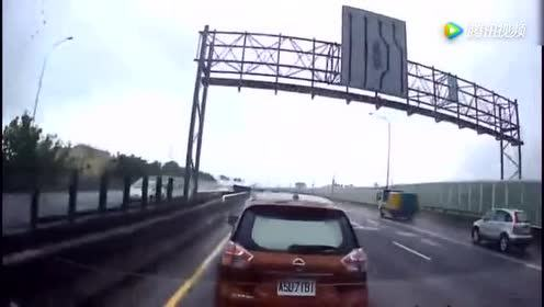 大货车的紧急刹车!才救下强行变道的小车司机!